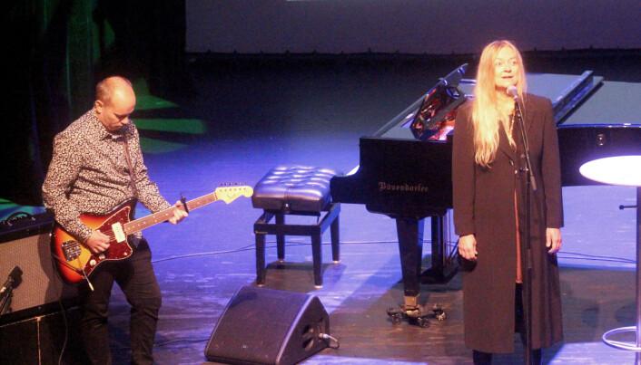 """Rune Dalager på gitar og Anne Lise Wullum opna næringskonferansen med ein flott versjon av """"Sola e komma""""."""