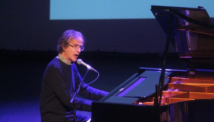 """Henning Sommerro spelte """"Lauvfall"""" og """"Nordmørsminne"""", vakkert, som alltid."""
