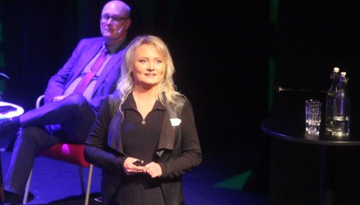 """Leiar i Surnadal Næringsforening, Sara Akerfeldt, introduserte publikum for konseptet """"Surnadal i boks""""."""