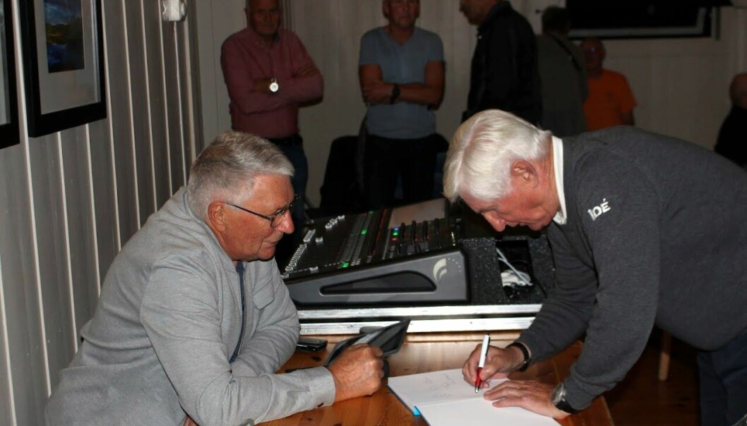 Ein reporter sikra seg Bjørn Wirkolas signatur i Landsemboka si