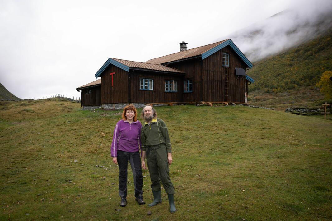 Hyttetilsyn Annette og Frank Strietzel foran Grøvudalshytta. Grøvudalshytta er nyrestaurert i 2021.
