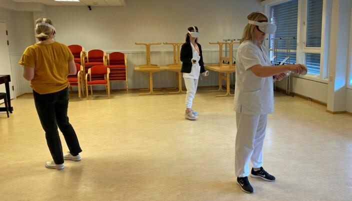Her øver tre kursdeltakere samtidig, med VR-briller og med sensorer i hendene.