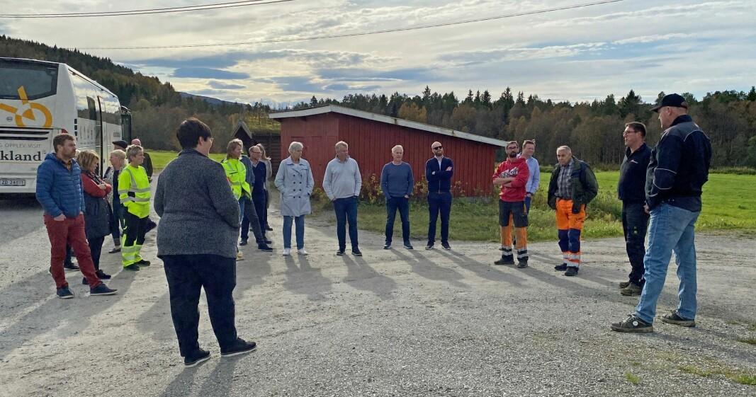 Kommunens representanter og gjestene fra fylkeskommunen møtte lokale gardbrukere og maskinentreprenører ved Lomunda.