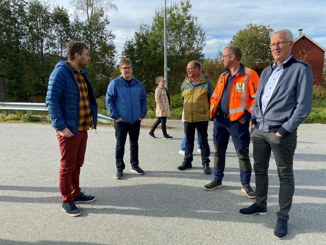 Hallgeir Opdal fra hovedutvalget for veg (t.v.) i samtale med Håkon Fredriksen, Mons Otnes, Nils Ole Evjen og Ola T Heggem.