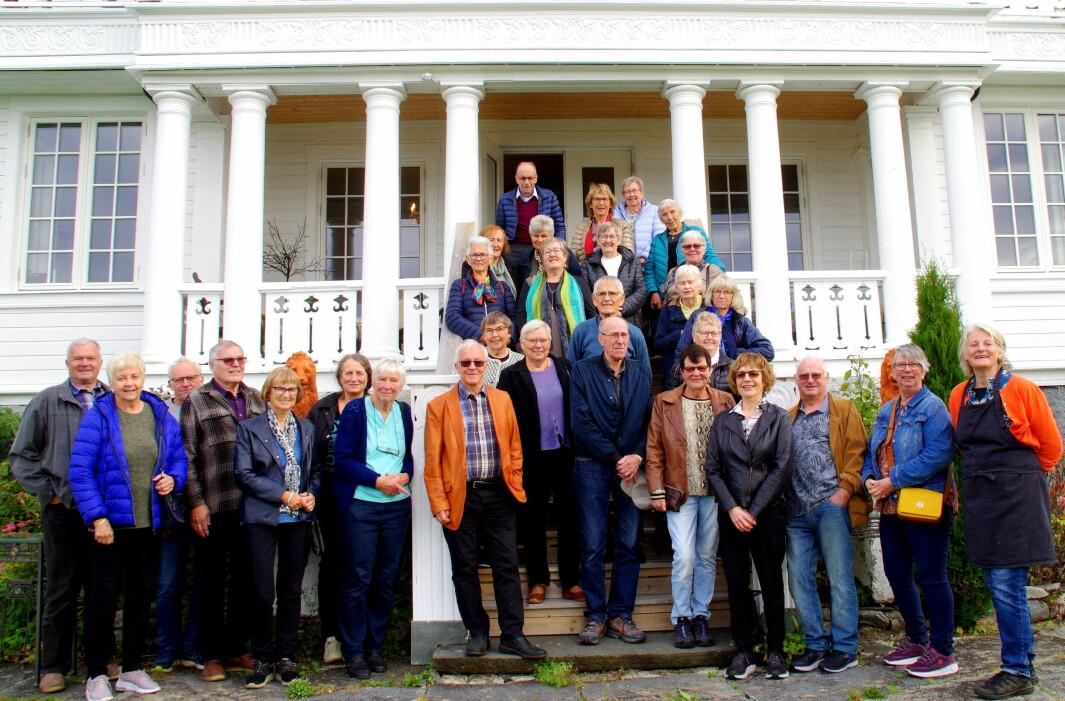 Rindalingar samla på trappa på Rønnan på Eldres Dag 2021.