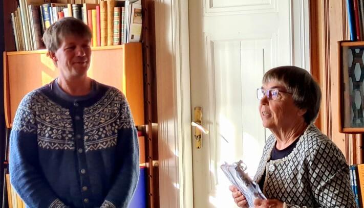 Svein Sæter fekk applaus frå gjestene og bok frå Helene Marie Nergård, ledar i Rindal pensjonistlag.