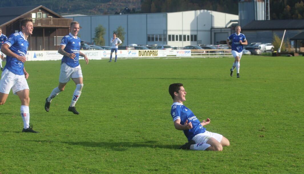 Tore Bæverfjord (f.v.), Sondre Næss Bolme og Vegar Brøske (bak) kommer til for å feire Sindre Hyldbakk Kvandes 2-1-scoring mot Smøla.