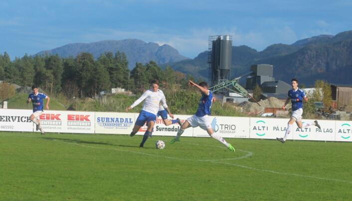Arnstein Aasbø når ballen først, og blir felt omtrent på 16-metersstreken. Smølas Håkon Bjørkly belønnes med rødt kort for taklingen.