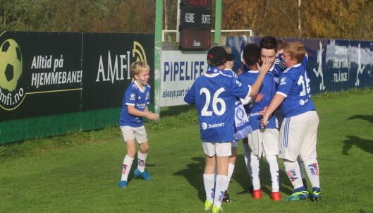 Viljar Fiske Kvande feirer 7-1-målet med ballhentere og unge, ivrige tilskuere.