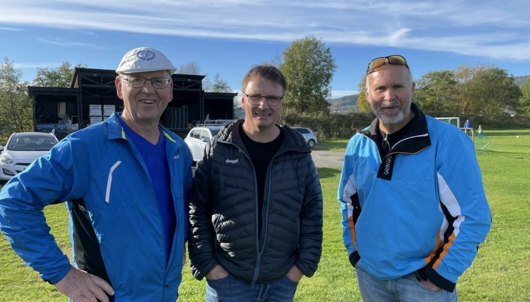 De må nesten kunne kalles Surnadal IL Fotball-legender, Kjell Smenes, Olav Smevoll og Arne O. Sæter. Lørdag var de på plass for å se Surnadal slå Smøla 7-1.
