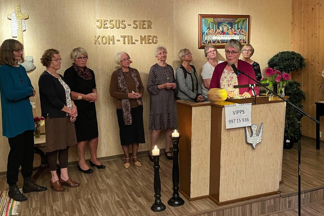 Liv Anne Innerdal (på talarstolen) helsar representantar for dei to jubilerande misjonsforeiningane: Ester Rendal Larsen (frå venstre), Synnøve Gjeldnes, Ildri Sjølland Øyen, Einy Rendal Elgsæther, Ragnhild Mikkelsen, Brit Marie Hyldbakk, Edel Bøe Mikkelsen og (ytst til høgre) Gudrun Bele.