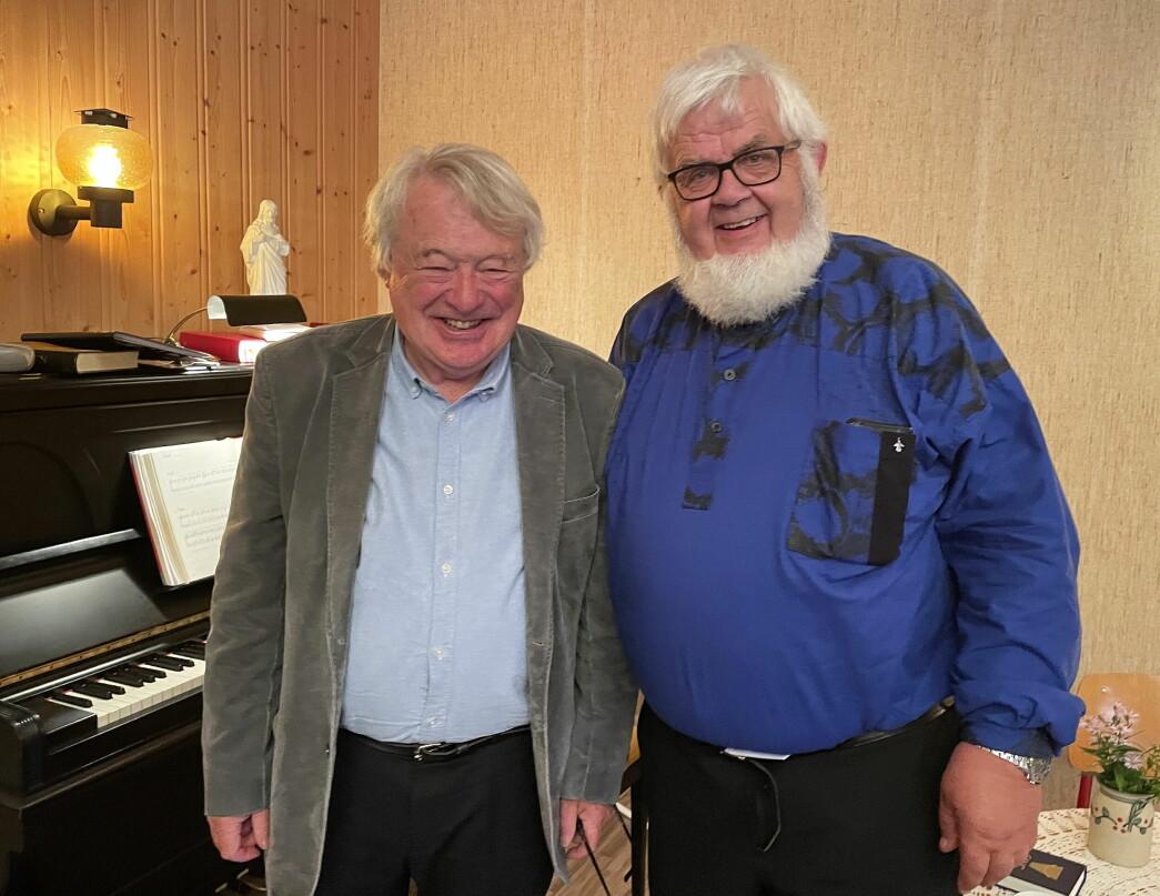 Musikkduoen Svein Volle (t.v., songsolist) og Gunnar Sødal (pianist) gav toneflukt over festen.