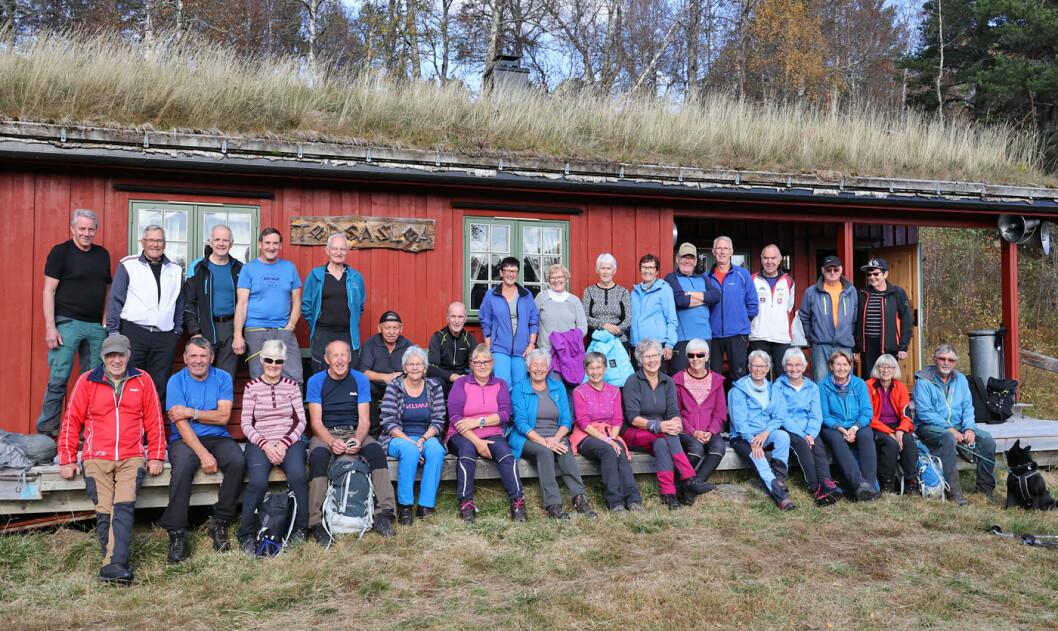 31 personer foran kamera og Helge bak. 32 turgåere med andre ord. Som fikk en svært så hyggelig turdag i Tørsetmarka!