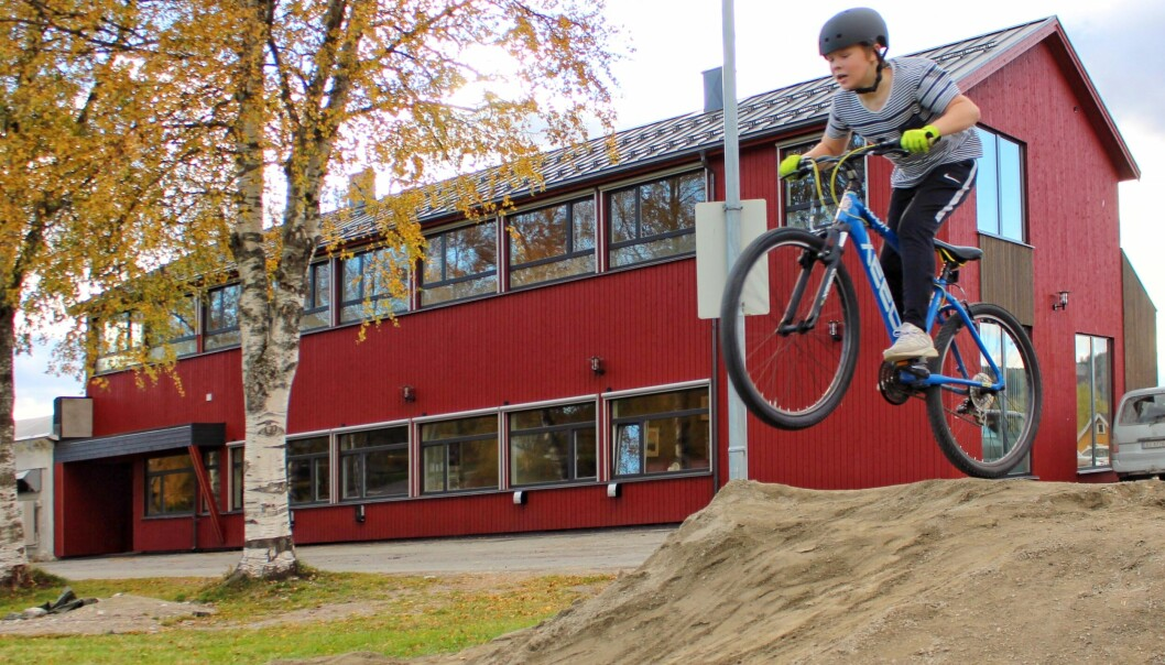 Syklist Nikolai Dahlen i lufta framfor de nyrenoverte lokalene til Rindal Sparebank.