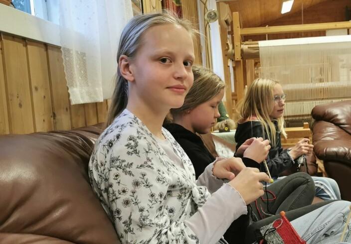13-åringen Maria Kvendset Bergli har lært å strikke av farmor. Nå går det unna med nissestrikkingen på Nymoen