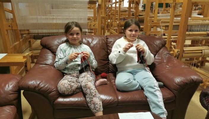Idun og Oda Solem Måløy (9) trives godt i sofaen med strikketøyet