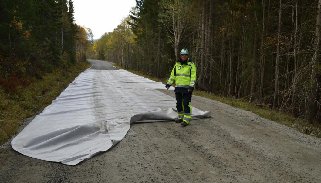 Kai Andersen i Statkraft viser hvordan vegen oppgraderes.