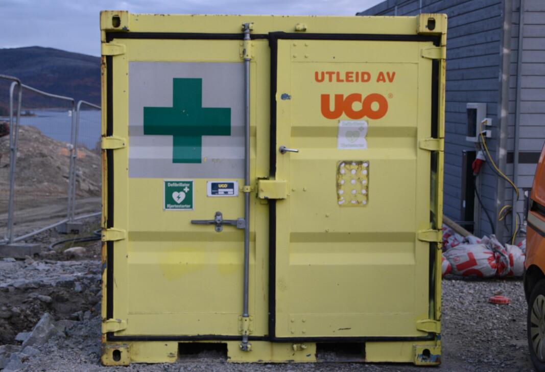 Det er utplassert flere konteinere med førstehjelpsutstyr på anleggsområdet. Denne står på Gråhaugen. Det er fire hjertestartere på anlegget.