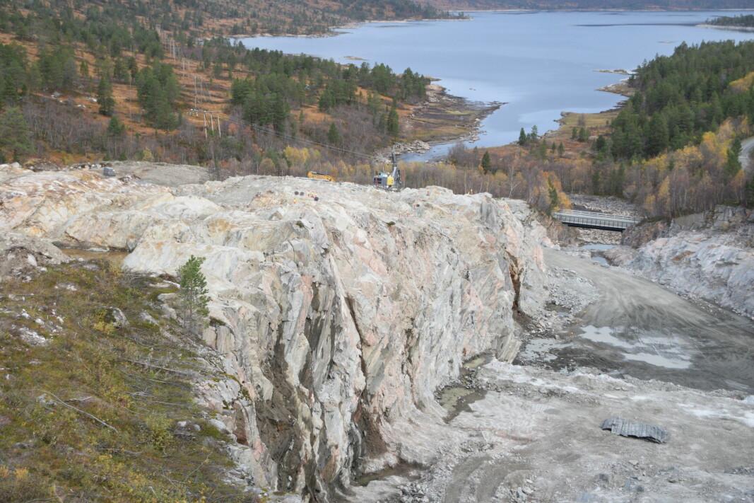 Steinbruddet med Foldsjøen i bakgrunnen.