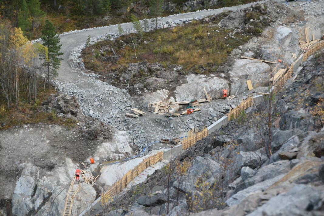 Mye aktivitet med betongarbeid.