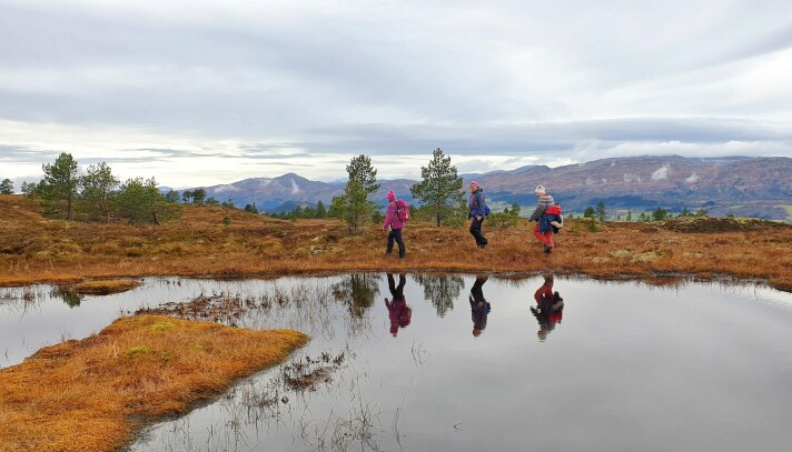 Lene Bakken, Siv Bakken og Britt Grete Moen på vei tilbake fra Langkåsen. Skåkleiva med den karakteristiske kjegleformen i bakgrunnen.