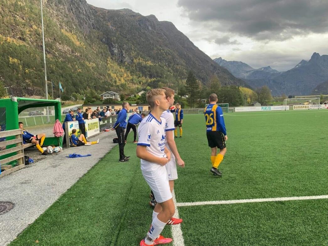 Debutant Sander Dahle Fiske (nærmest) og Jonas Jordet Bergem står klare til å komme inn.