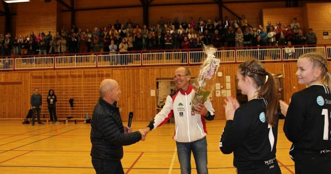 Inge Herman Foss får blomster og velfortjent applaus. Han har vært ildsjel i idretten i Rindal i 40 år.
