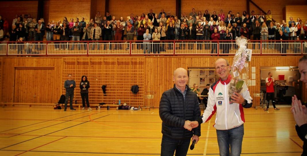 Lars Olav Lund, leder i Rindal idrettsråd, gratulerer Inge Hermann foss som årets ildsjel.