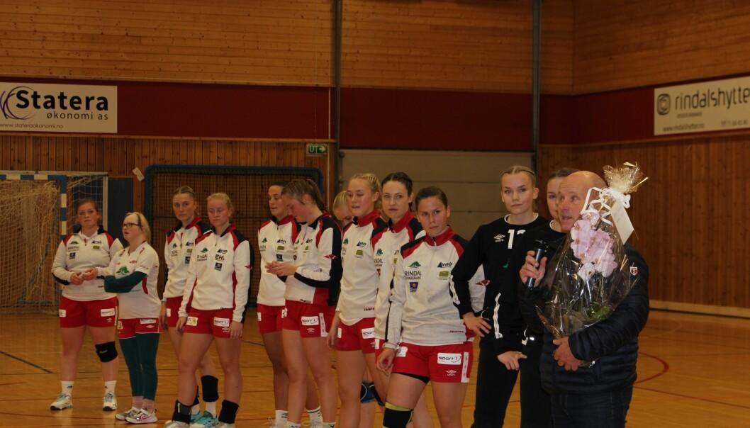 Rett før kampen tok leder i Rindal idrettsråd Lars Olav Lund overraskende ordet for å kunngjøre hvem som er valgt til årets ildsjel i Rindal.