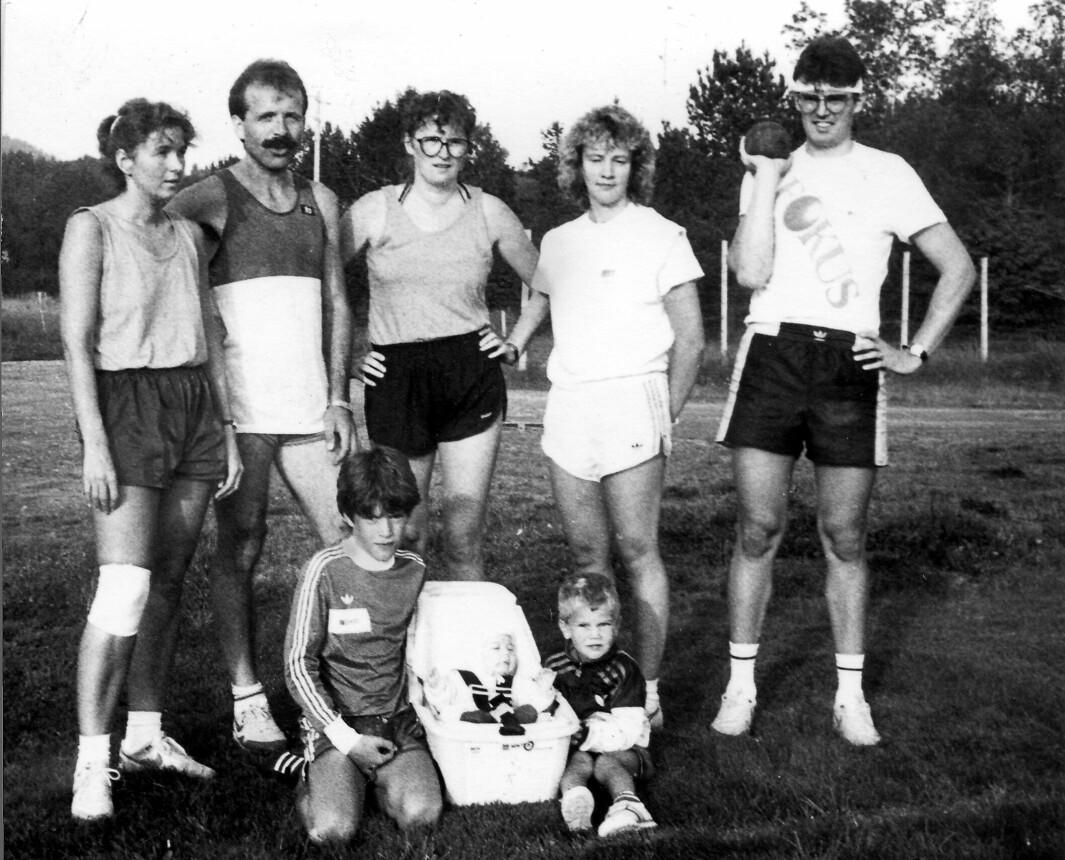 Idrettsmerkeprøver på Rinnvollen i 1989 eller 1990. Fra venstre Målfrid Nergård, Inge Hermann Foss, Unni Bolme, Gunn Marit Løfald, Magne Bjørnstad. Nede på Gresset, Pål Foss og Kennet Bjørnstad, i bagen Sondre Bjørnstad.