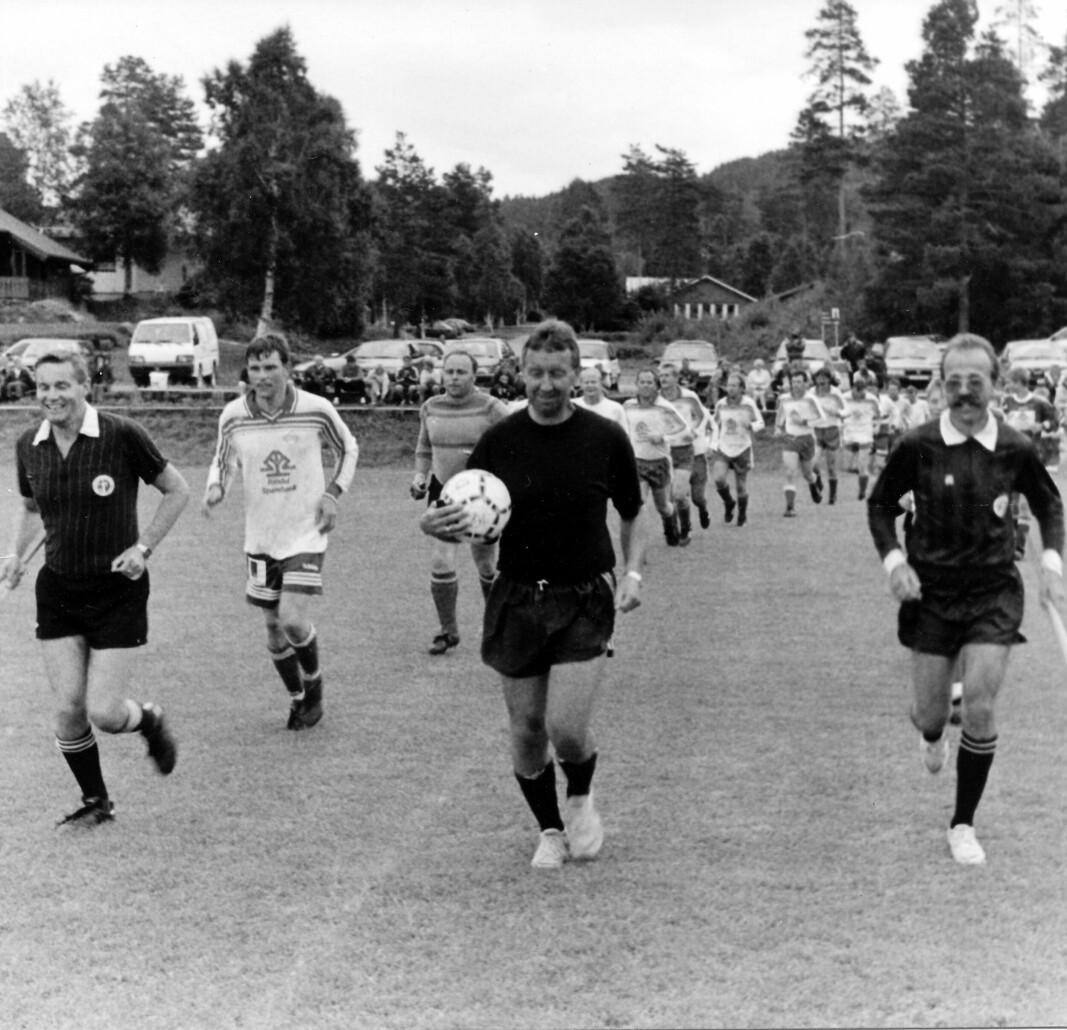 Showkamp i 1997: Herrelaget til Troll anno 86 mot juniorlaget til Rindalstroll. Inge Hermann er med i dommertrioen sammen med Willy Karlstrøm og Kjell Bråten.