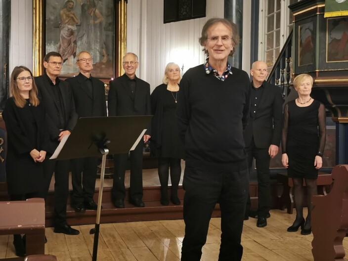 Henning Sommerro med Lone Eines (t. v.) og koret Wok i bakgrunnen