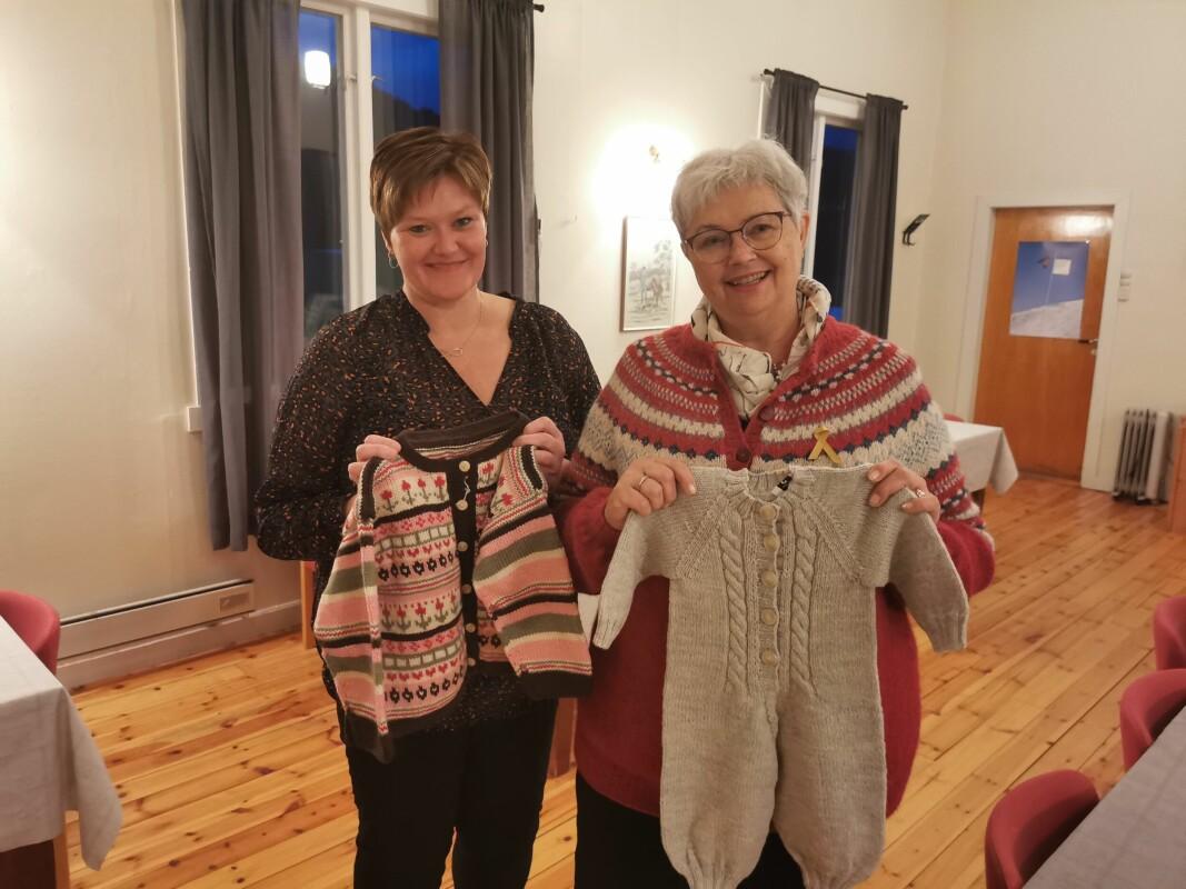Elin Bøklepp Kvande (t. v.) og Elsa Kvande gleder seg til å gi flotte ullklær videre til helsestasjonen