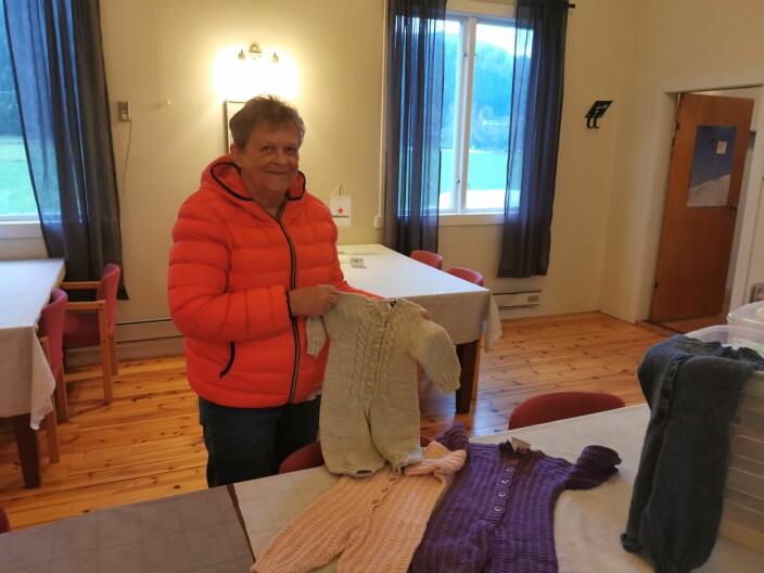 Totill Isvik med noen av ull-dressene hun leverte tirsdag kveld
