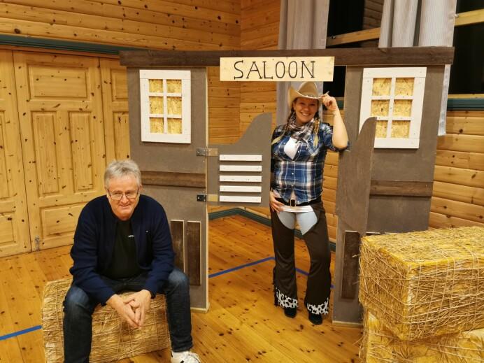 Per Ivar Østbø har snekret saloon. Anita Svendsli er første gjest.